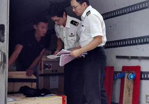海關查驗人員檢查進口貨物及運輸工具
